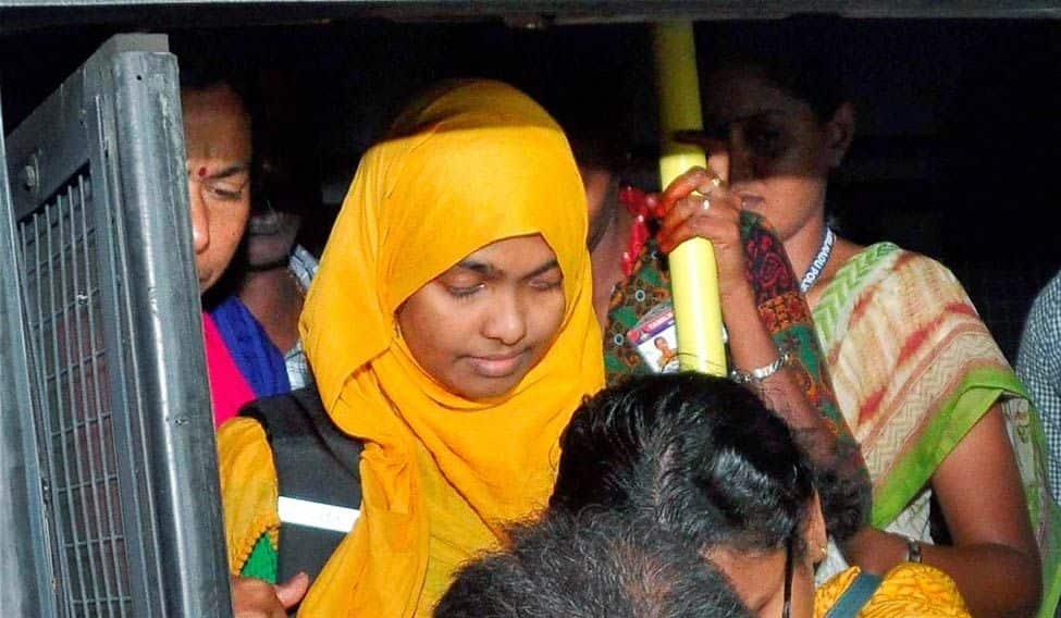 ஹாதியா வாழ்கையில் தலையிட கேரள HC-க்கு அதிகாரம் இல்லை - SC!