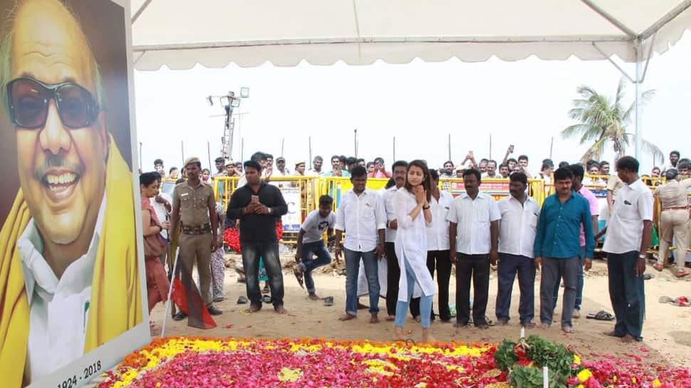 மெரினாவில் கருணாநிதி நினைவிடத்தில் திரிஷா அஞ்சலி!!