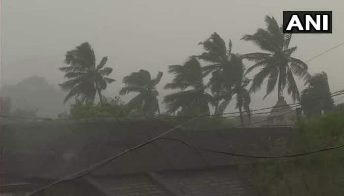 """அதிதீவிர """"டிட்லி"""" புயல்: ஒடிசா - ஆந்திரா இடையே கரையை கடந்தது!"""