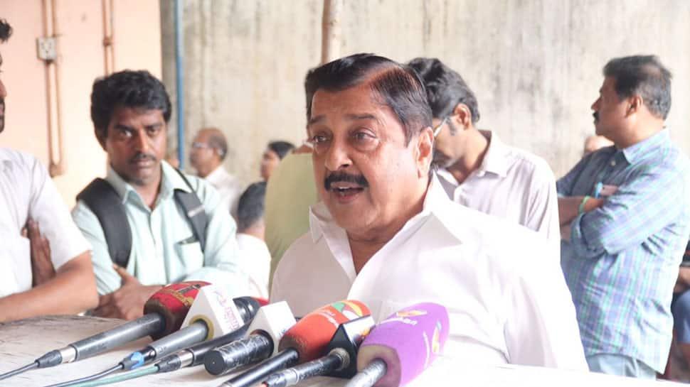 WACH: மீண்டும் செல்பி எடுத்தவரின் செல்போனை தட்டிவிட்ட சிவகுமார்...
