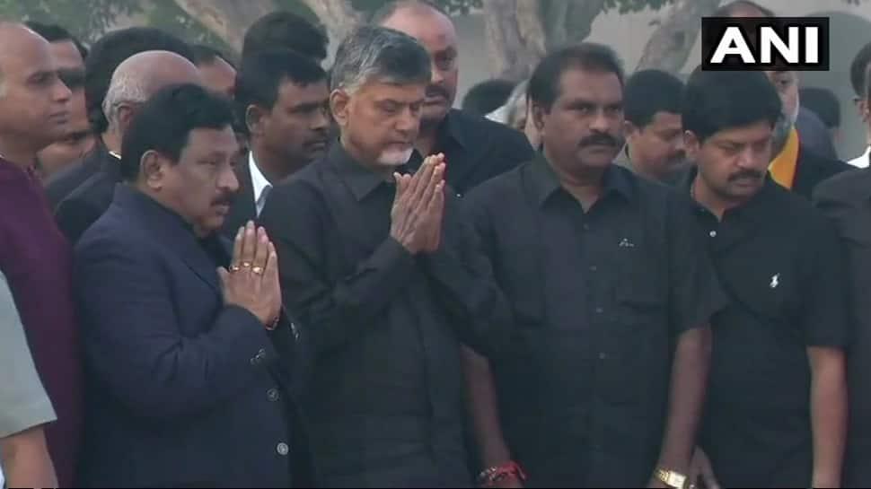 காந்தி சமாதியை வணங்கி, போராட்டத்தை துவங்கினார் சந்திரபாபு...