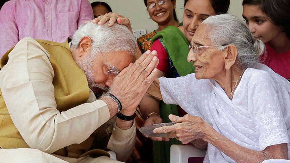 தேர்தல் வெற்றியை தொடர்ந்து தாயை சந்தித்து ஆசிபெறும் மோடி!!