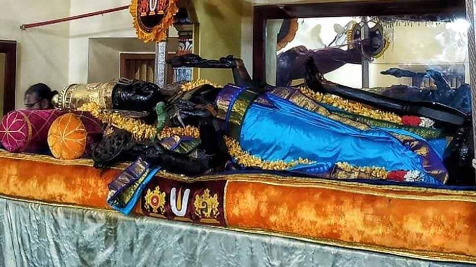 காஞ்சிபுரத்தில் இளம் நீலநிற பட்டாடையில் காட்சி தருகிறார் அத்திவரதர்!