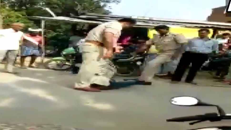 இளைஞரை நாடு ரோட்டில் கொடூரமாக தாக்கும் காவல்துறையினர்: Watch