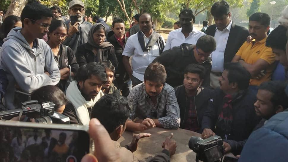 JNU மாணவர் சங்க தலைவி ஐஷா கோஷை சந்தித்தார் உதயநிதி!