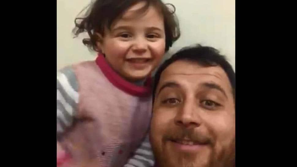 குண்டுவெடிப்பு சத்தம் கேட்கும் போது சிரிக்க கற்றுக்கொடுக்கும் தந்தை: Video