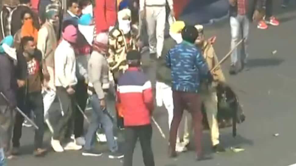 டிராக்டர் பேரணி: ITO அருகே விவசாயிகளுக்கும் போலீசாருக்கும் இடையே கடும் மோதல்!