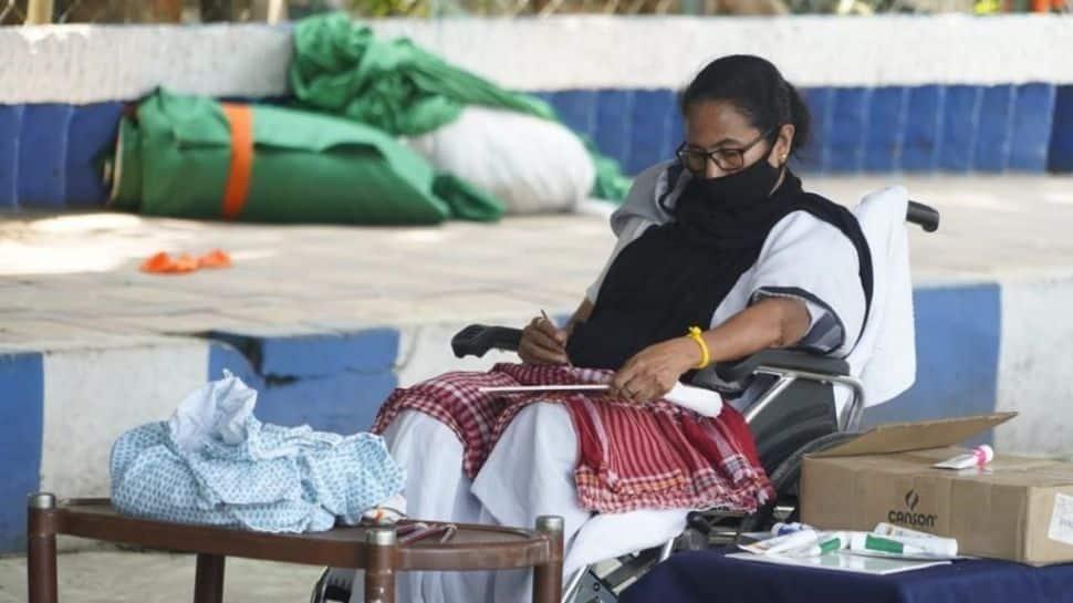 தேர்தல் ஆணையம் தடையை எதிர்த்து தர்ணாவில் அமர்ந்தார் மம்தா பானர்ஜி