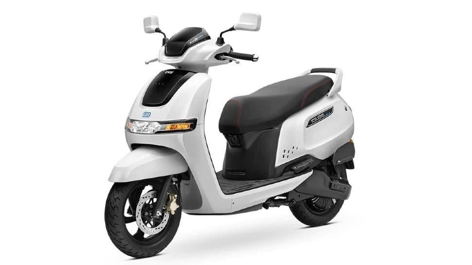 Bajaj Chetak vs TVSiQube: உங்கள் பணத்துக்கு நல்ல மதிப்பை அளிக்கும் Electric scooter எது?