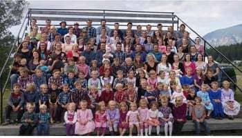 உலகின் மிகப்பெரிய குடும்பம்... ஒன்றல்ல இரண்டல்ல.. 27 மனைவிகள், 150 குழந்தைகள்..!!!