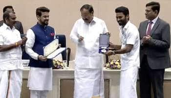 வேஷ்டி சட்டையில் விருது பெற்ற தனுஷ் மற்றும் விஜய் சேதுபதி!