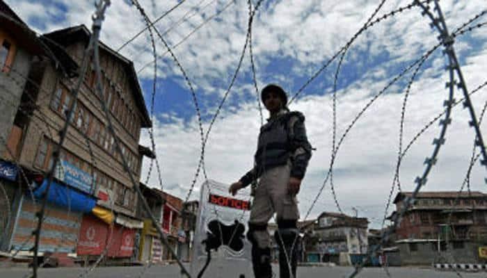 காஷ்மீர்: 2 பேர் பலி, ஊரடங்கு உத்தரவு அமல்
