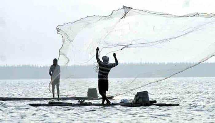 தமிழக மீனவர்கள் கைது: இலங்கை கடற்படையினர் அடாவடி