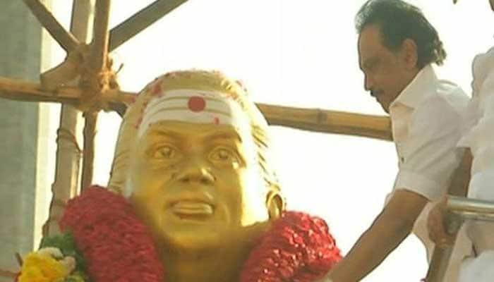 முத்துராமலிங்க தேவர் நினைவிடத்தில் மரியாதை செலுத்திய ஸ்டாலின்