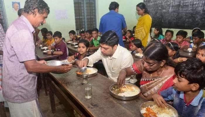 பள்ளி மாணவர்களின் உள்ளத்தை கவர்ந்த கேரளா IAS அதிகாரி!