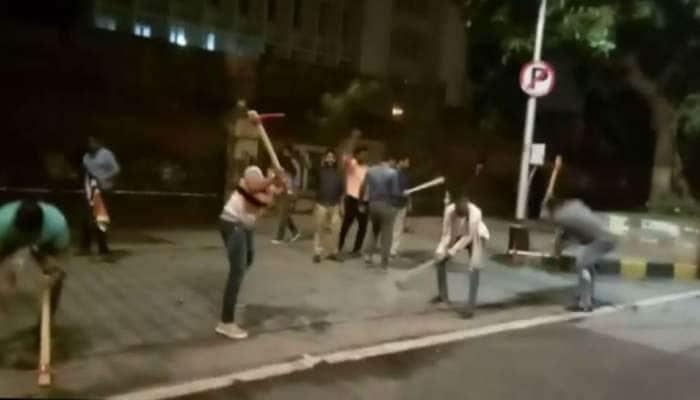 MNS தொழிலாளர்கள் மந்திராலய சாலையை சேதபடுத்தி நூதன போட்டம்!