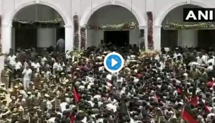 #கருணாநிதிமறைவு: ராஜாஜி அரங்கில் தொண்டர்கள் மீது தடியடி!