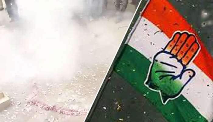 #ElectionResults: டெல்லி அலுவலகம் முன்பு பட்டாசு வெடித்து கொண்டாடும் காங்கிரஸ் தொண்டர்கள்