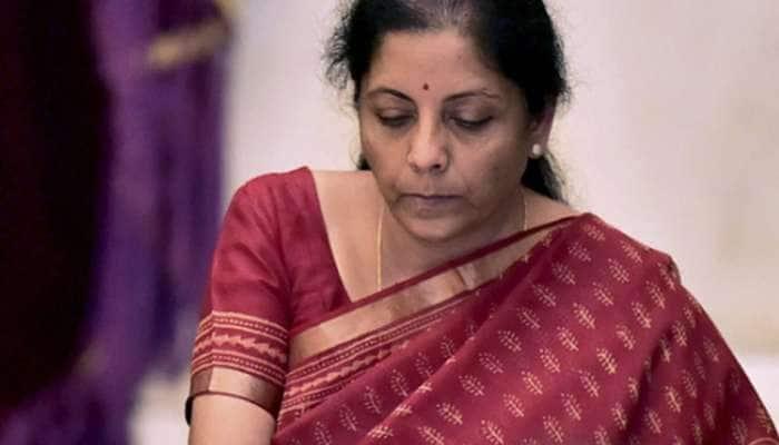 CRPF வீரர்களின் உடலுக்கு நிர்மலா சீதாராமன் நேரில் வீர வணக்கம்!