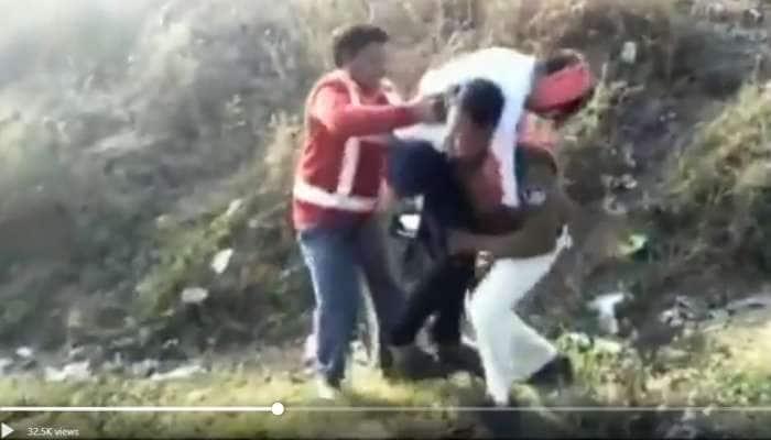 Video: தவறி விழுந்த வாலிபரை, தோளில் தூக்கி சென்ற காவலர்!