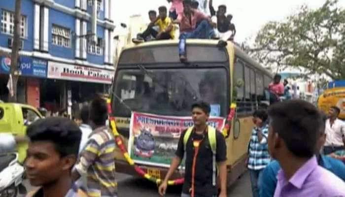 Video: Bus-ன் கூறை மீது ஏறி Bus Day கொண்டாடிய மாணவர்கள்...