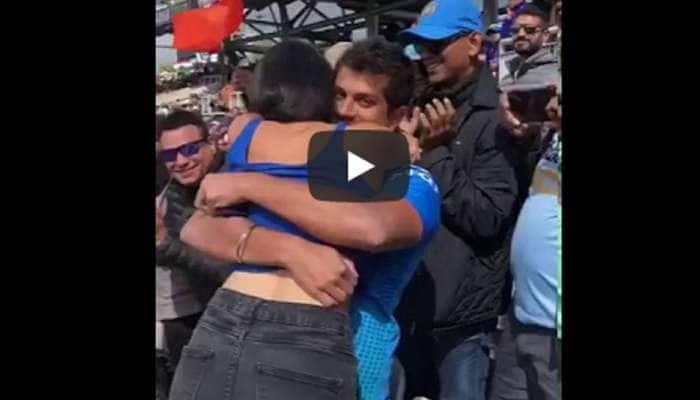 இந்தியா - பாகிஸ்தான் ஆட்டத்தின் போது ரொமான்ஸ் செய்த காதல்ஜோடி: வீடியோ