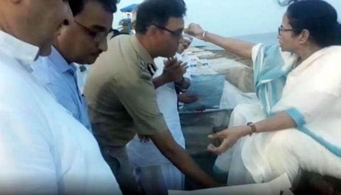 Video: முதல்வர் கால்களை தொட்டு வணங்கும் காவல்துறை அதிகாரி!