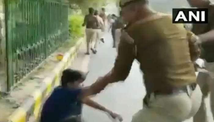 ஜே.என்.யூ மாணவர்கள் மீது வெறித்தனமாக தடியடி நடத்திய டெல்லி போலீஸ் -VIDEO