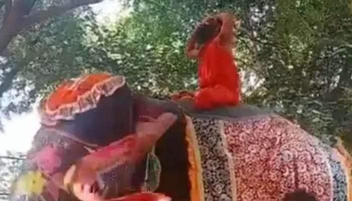Viral Video: யானையின் மீது யோகா செய்யும் போது கீழே விழுந்த ராம்தேவ்..!