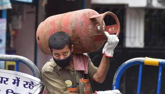 மீண்டும் ₹.100 உயர்ந்த LPG சிலிண்டர் விலை... மானியவிலை சிலிண்டரின் நிலை என்ன?