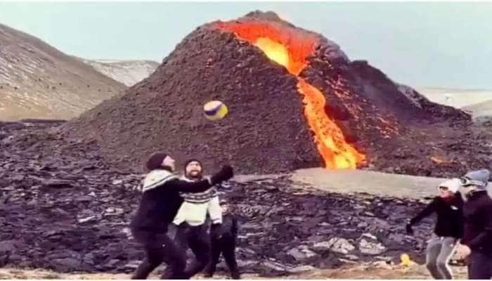 Iceland: சீறும் எரிமலைக்கு முன்னால் Volleyball விளையாடும் மக்கள்;  Watch Viral Video