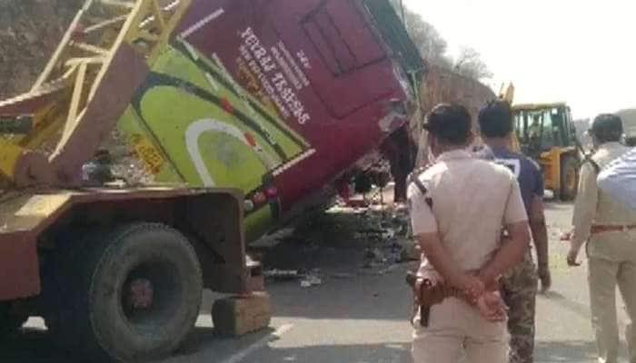 Lockdown: சொந்த ஊருக்கு திரும்பி சென்ற தொழிலாளர்கள் நிறைந்த பஸ் கவிழ்ந்தது, 3 பேர் பலி; பல காயம்